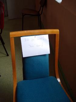 Denis leerer Stuhl