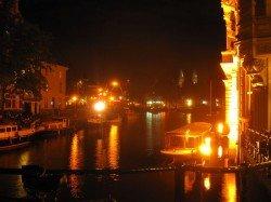Amsterdamer Gracht bei Nacht
